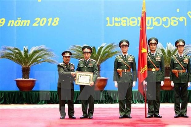 Entregan orden del Estado laosiano a oficiales y colectivos del Ejercito Popular de Vietnam hinh anh 1