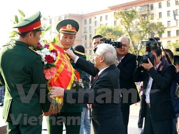 Maximo dirigente partidista de Vietnam rinde homenaje ante Monumento de Ho Chi Minh en Moscu hinh anh 1
