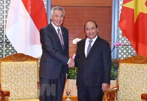 Premieres de Vietnam y Singapur se reunen en el marco de FEM - ASEAN hinh anh 1