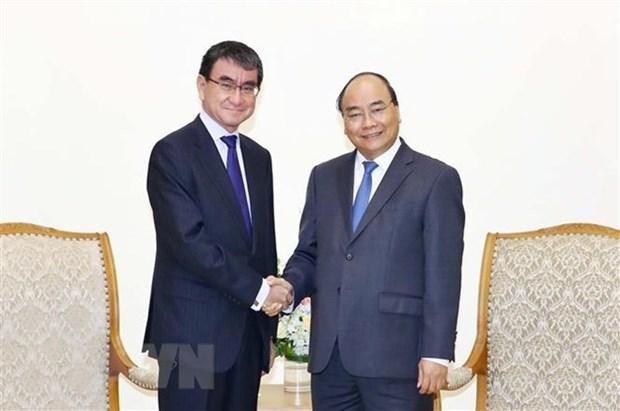 Premier de Vietnam recibe al canciller de Japon hinh anh 1