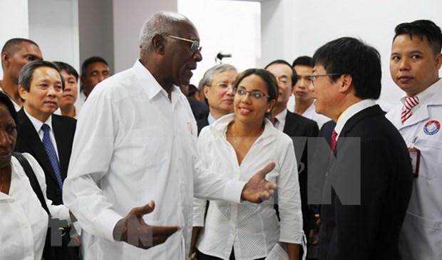 Delegacion de alto nivel de Cuba visita Hospital de Amistad Vietnam- Cuba Dong Hoi hinh anh 1