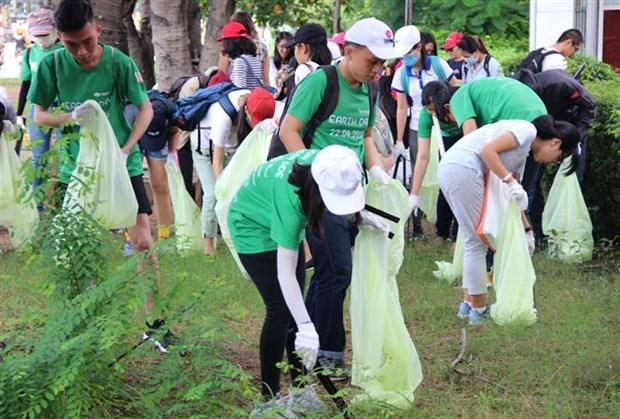 Centenar de estudiantes vietnamitas recolectan basuras en Dia Mundial de la Limpieza hinh anh 1