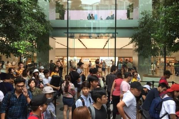Filas de compradores frente a tienda de Apple en Singapur para obtener ultimos modelos de iPhone X hinh anh 1