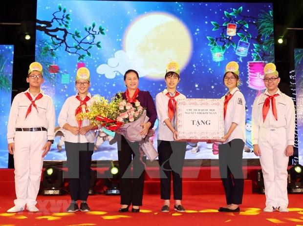 """""""Velada de la luna"""", obsequio significativo para ninos vietnamita en Fiesta de Medio Otono hinh anh 1"""