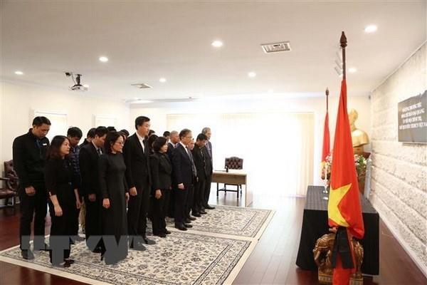 Embajadas de Vietnam en numerosos paises efectuan honras funebres por presidente Dai Quang hinh anh 1