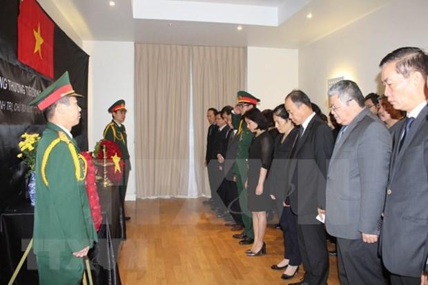 Diplomaticos europeos firman libros de condolencias por deceso del presidente vietnamita hinh anh 1