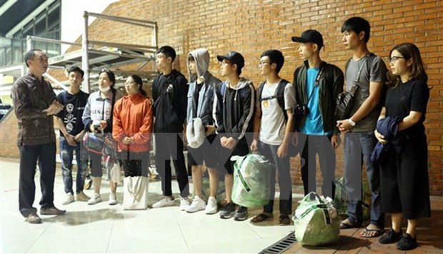 Llegan a Yakarta estudiantes vietnamitas atrapadas en Palu tras sismo hinh anh 1
