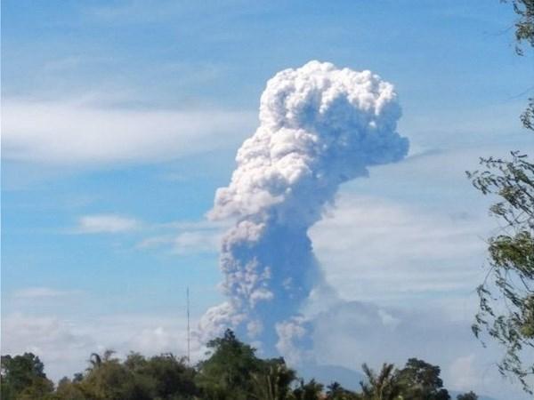 Entra en erupcion volcan Soputan en isla indonesia de Sulaweai tras dos fuertes sismos hinh anh 1