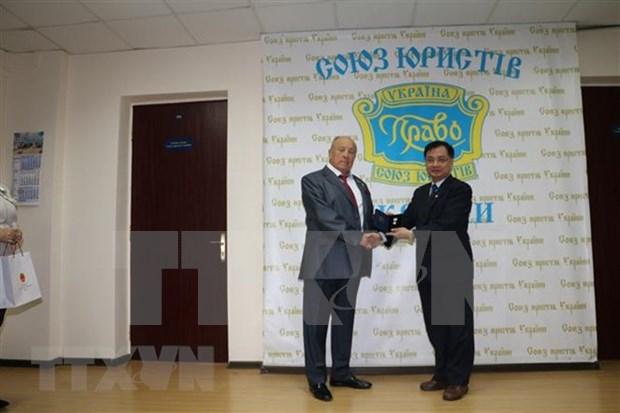 Embajador de Vietnam en Ucrania condecorado con Medalla Estatal de Derecho y Justicia hinh anh 1