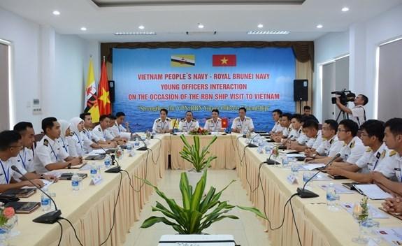 Oficiales jovenes de Marinas de Vietnam y Brunei intercambian experiencias hinh anh 1