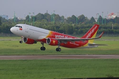 Vietjet Air realiza vuelo especial con ayuda material para sobrevivientes de sismo en Indonesia hinh anh 1