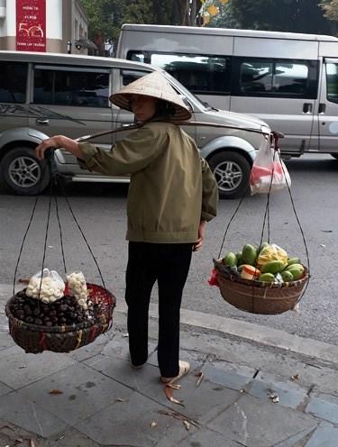 Vendedoras ambulantes: las reinas de Hanoi hinh anh 2