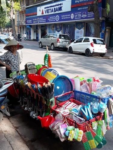 Vendedoras ambulantes: las reinas de Hanoi hinh anh 3