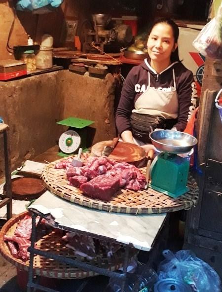 Vendedoras ambulantes: las reinas de Hanoi hinh anh 4