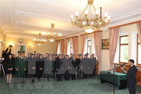 Vietnamitas y amigos extranjeros firman libros de condolencias por deceso de Do Muoi hinh anh 1