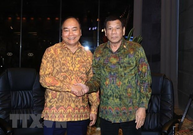 Premier vietnamita se reune con presidente filipino en Indonesia hinh anh 1