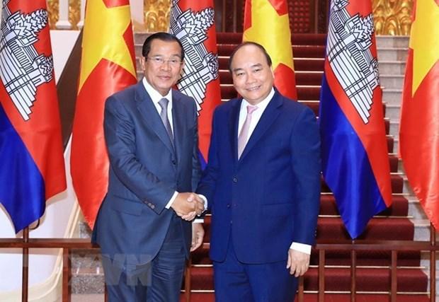 Premier de Vietnam se entrevista con homologo camboyano para estrechar vinculos hinh anh 1