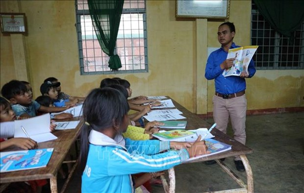 Brindan clase gratuita del idioma ingles para estudiantes de etnia minoritaria en Lam Dong hinh anh 1