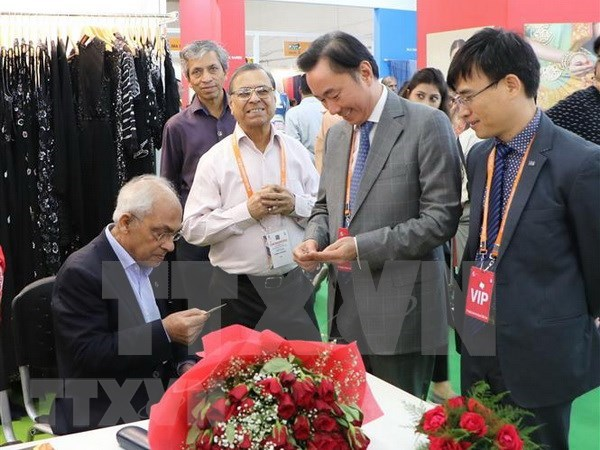Empresas vietnamitas participan en feria internacional de seda en la India hinh anh 1
