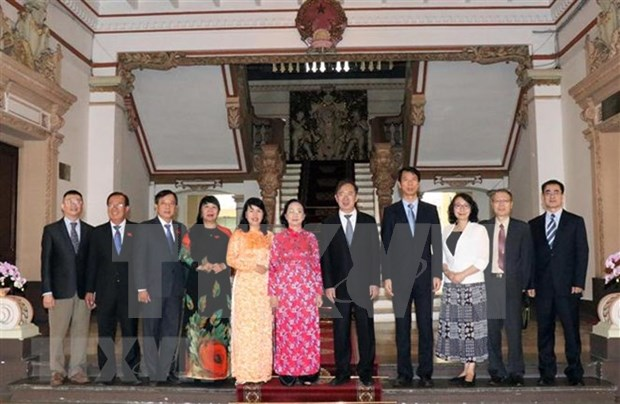 Organos representativos de poblacion de localidades vietnamita y china robustecen relaciones bilaterales hinh anh 1