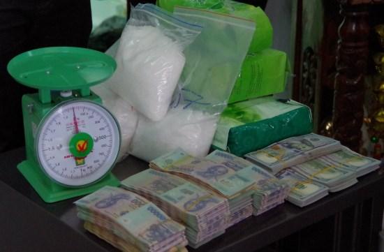 Guardafronteras vietnamitas detienen a individuos con kilogramos de metanfetamina hinh anh 1
