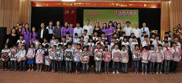 Entregan becas a alumnos con escasez economica en provincia vietnamita hinh anh 1