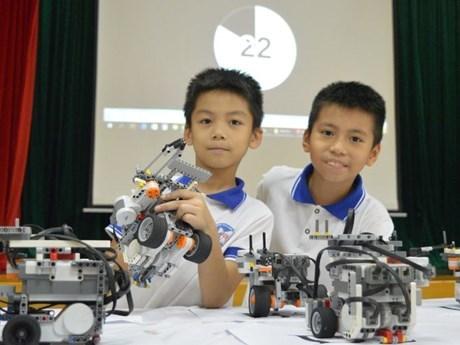 Escolares vietnamitas compiten en Festival nacional de Robotica-2018 hinh anh 1