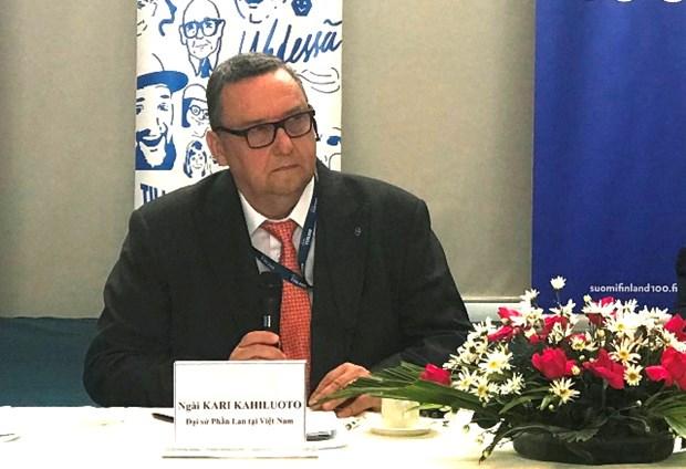 """Publican en Vietnam libro """"Iniciativas finlandesa – Razones para el actual desarrollo de Finlandia"""" hinh anh 1"""