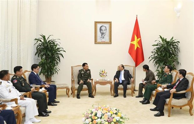 Premier Xuan Phuc aboga por fomento de nexos entre ejercitos de Vietnam y Camboya hinh anh 1