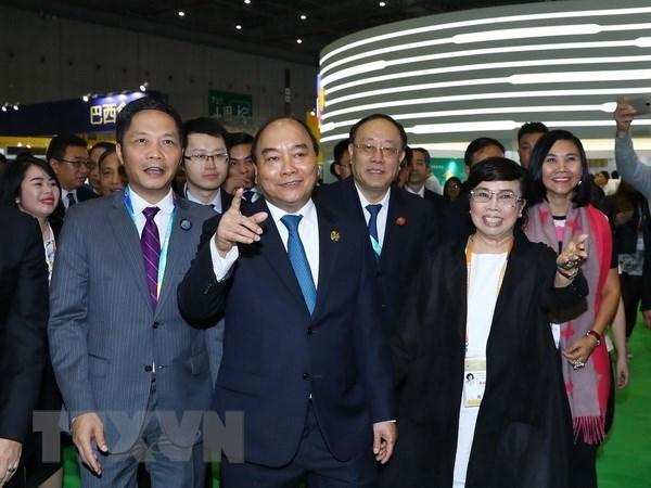 Participa Premier de Vietnam en Feria Internacional de Importaciones de China hinh anh 1