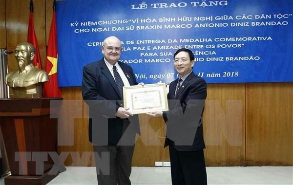 """Entregan insignia """"Por la paz y la amistad entre los pueblos"""" a embajador de Brasil en Vietnam hinh anh 1"""