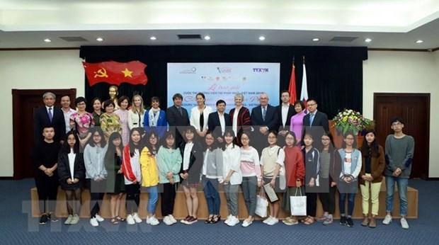 Entregan premios del concurso de jovenes reporteros francofonos de Vietnam hinh anh 1