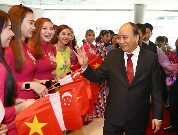 Premier vietnamita llega a Singapur para Cumbre de ASEAN hinh anh 1