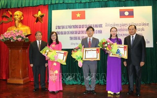 Laos entrega varias condecoraciones a dirigentes de provincia vietnamita hinh anh 1