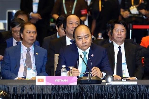 Premier de Vietnam asiste a XXI Cumbre ASEAN + 3 hinh anh 1