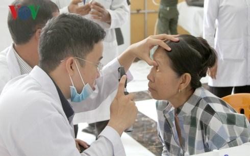 Medicos vietnamitas ofrecen tratamiento ocular gratuito para camboyanos hinh anh 1