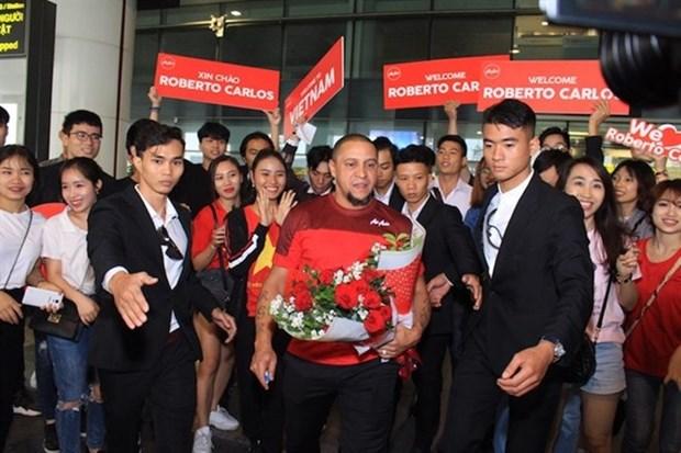 Roberto Carlos, leyenda del futbol brasileno, de visita en Vietnam hinh anh 1