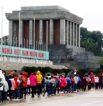 Turistas buscan los secretos de Hanoi hinh anh 3