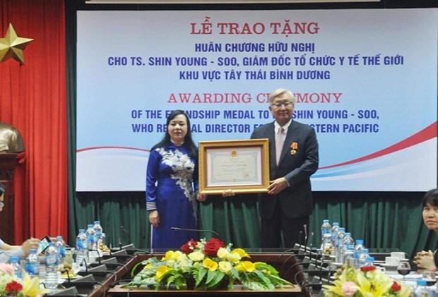 Director regional de OMS recibe Orden de Amistad de Vietnam hinh anh 1