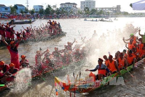 Comunidad de Khmer en Vietnam celebra regata de barcos en festival Ok Om Bok hinh anh 1