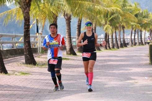 Cerca de dos mil corredores compiten en el maraton internacional de Bahia Ha Long hinh anh 1