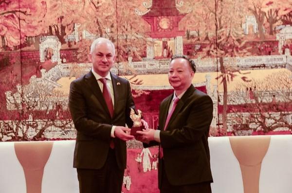 Polonia dispuesta a compartir experiencia en tratamiento de residuos con Hanoi hinh anh 1