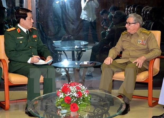 Recibe lider partidista cubano a dirigente militar vietnamita hinh anh 1
