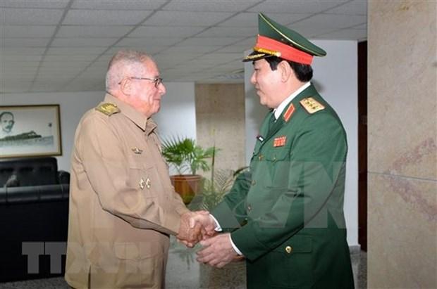 Recibe lider partidista cubano a dirigente militar vietnamita hinh anh 2