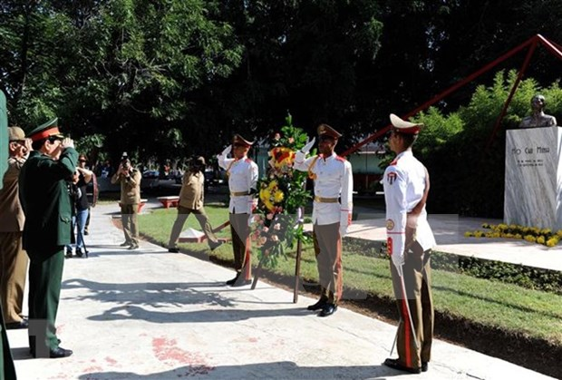 Recibe lider partidista cubano a dirigente militar vietnamita hinh anh 3