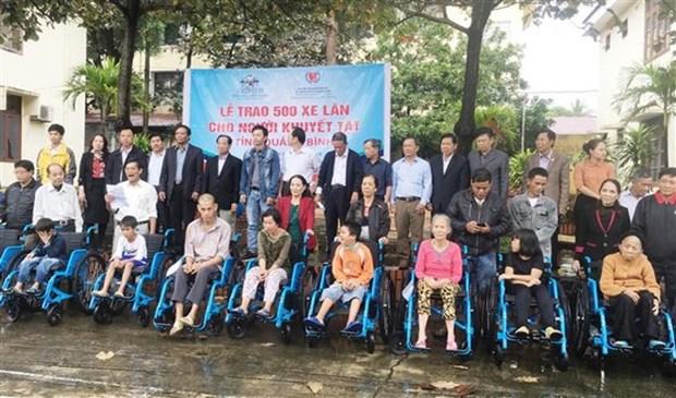 Donan sillas de ruedas a discapacitados en provincia vietnamita de Quang Binh hinh anh 1