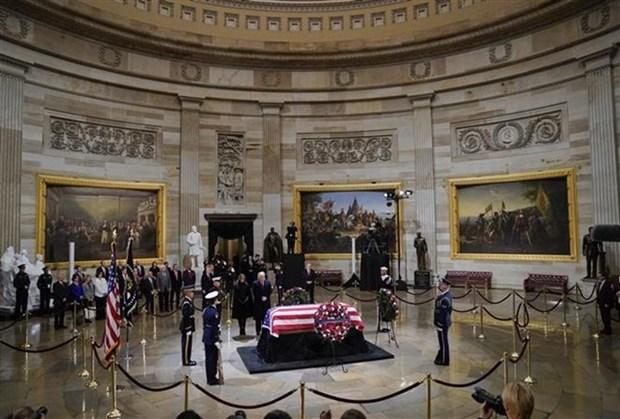 Embajador de Vietnam rinde homenaje al expresidente de Estados Unidos George H.W.Bush hinh anh 1