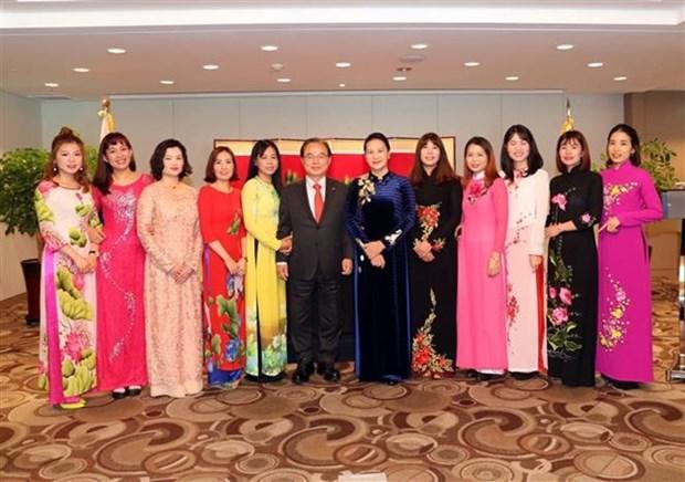 Presidenta parlamentaria vietnamita se reune con familias multiculturales en Busan hinh anh 1