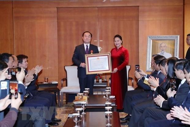 Presidenta del Parlamento de Vietnam entrega Orden de la Amistad a profesor surcoreano hinh anh 1