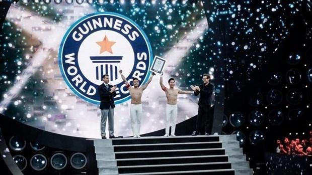 Acrobatas vietnamitas conquistan otro record Guinness hinh anh 1